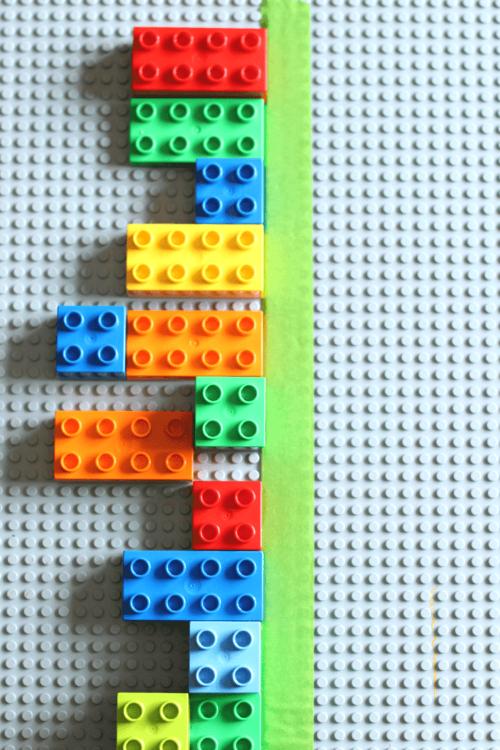 Kan du med hjälp av Lego konstruera andra halvan så sidorna blir lika? Det vill säga symmetrisk.