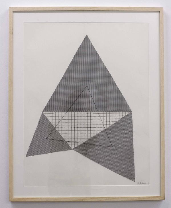 La artista Esther Ferrer realizó la obra titulada[i]Triángulo de Napoleón[/i], relacionada con el conocido teorema de Napoleón, un resultado clásico de la geometría. Serie «Triángulo de Napoleón» (1988), de Esther Ferrer. Técnica mixta en papel. Galería Àngels Barcelona