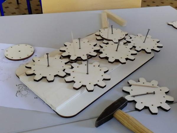En base dix, c'est plus difficile à faire en carton. Voici une activité de l'IREM de Brest, à l'occasion de la sortie du livre [url=https://hal.archives-ouvertes.fr/hal-01781209/document]Passerelles, enseigner les mathématiques par leur histoire[/url].