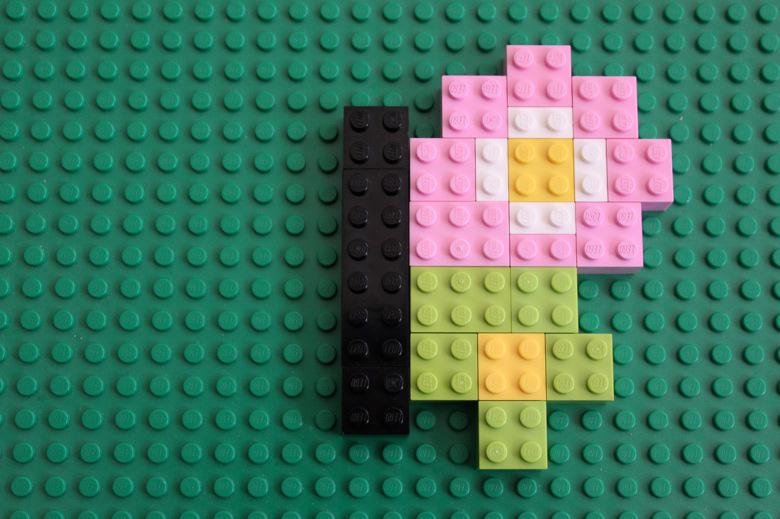 Kan du bygga den andra halvan av fjärilen med Lego?  Kan du hitta symmetriaxeln - det vill säga linjen som delar fjärilen i två lika stora halvor?
